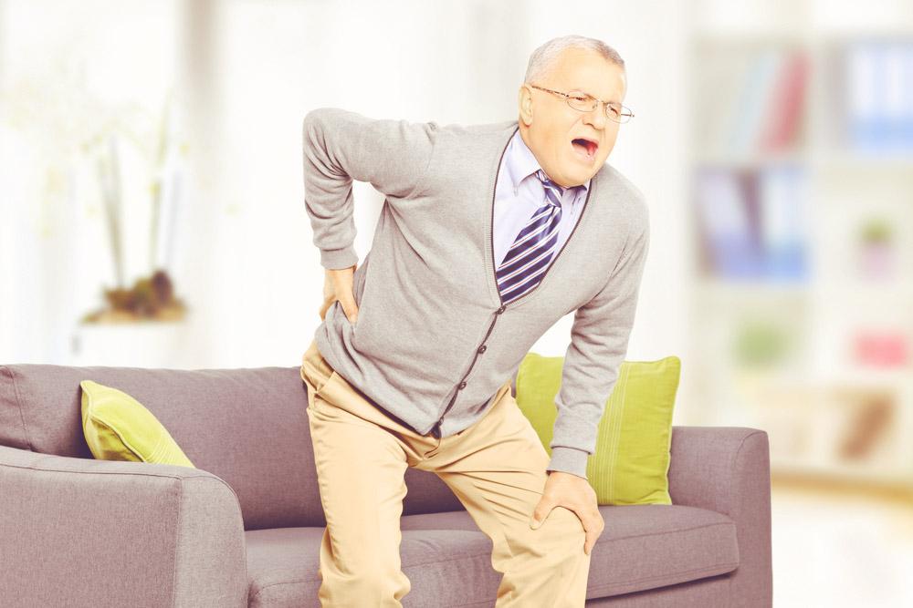 Mal de dos chez les seniors, causes et traitements.